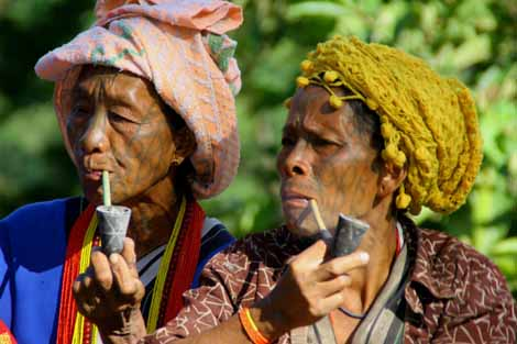 Myanmar_062_2_women_with_pipes