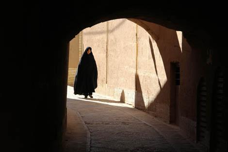 iran_103_WOMAN_IN_TUNNEL