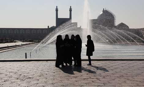 iran_350_GIRLS_IN_PLAZA