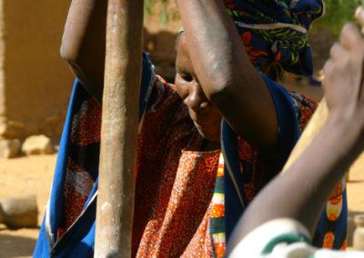 Mali_43_m_woman_grinding