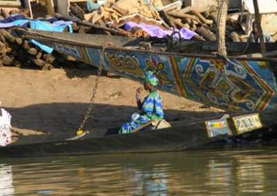 Mali_931_m_woman_in_boat
