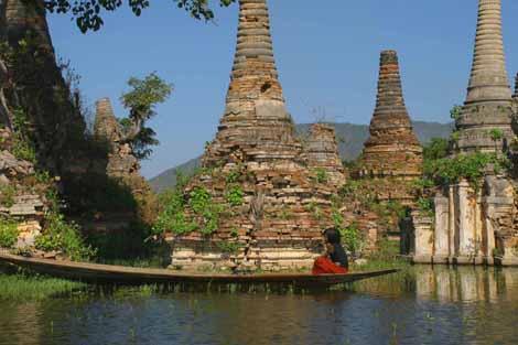 Myanmar_335_girl_in_canoe