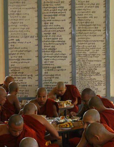 Myanmar_543_monks_eating