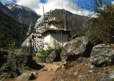 Nepal_chorten_on_trek