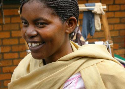 Rwanda_919_r_woman_in_market