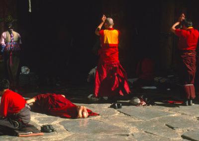 Tibet_praying