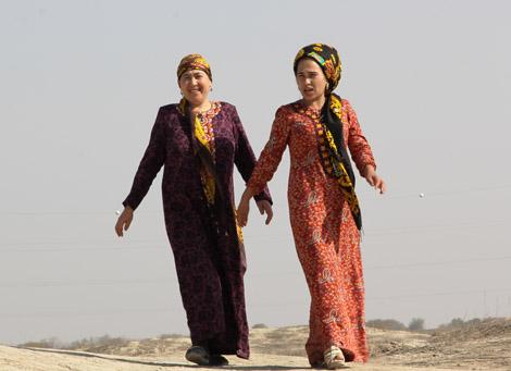 turkmenistan_81-2-women-in-Eastern-Turkmenistan